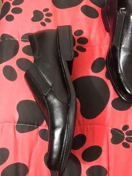 Se venden zapatos formales
