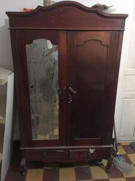 Se vende escaparate antiguo. Reliquia, excelente madera.