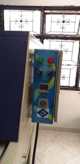 Maquina de Estampación y Compresor Industrial