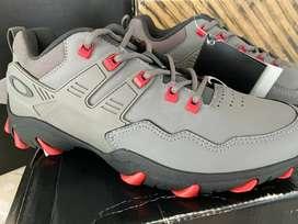 Zapato Oakley Titanium en Talla US 8.5 Nuevo