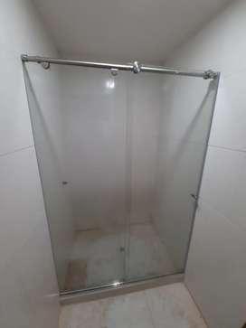 Divisiones de baño en vidrio de 8mm templado de seguridad con accesorios en acero inoxidable en sistema batiente
