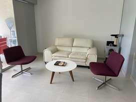Juego sala: sofa cuero y 2 sillas de tela