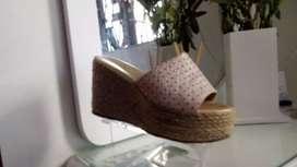 Zapatilla y sandalia en Cuero