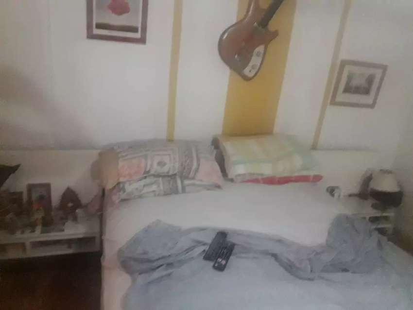 Excelente y moderno juego de dormitorio con las mesitas de luz adosadas cubiertas laqueado co vidrios y respaldar l 0