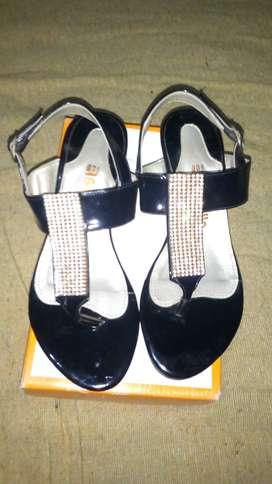 Sandalias de fiesta, de cuero Batistella. Color negro con apliques brillantes y talle N°38