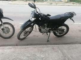 Vendo moto motor 1 cilindraje 200 papeles al día resien matriculada