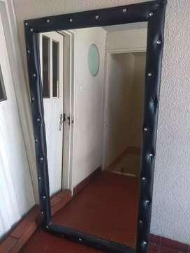Espejo tapizado color negro en perfecto estado