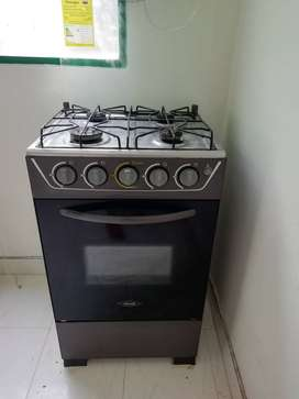 Estufa Haceb, 4 puestos. Cuenta con horno