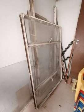 Ventana metálica con marco y vidrio