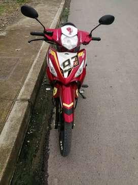 Vendo hermosa moto color roja