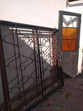 Vendo marco con rejas 1.80 aprox. 2 unidades, Más puerta con marco y vidrio las 3 cosas a 1900 pesos un regalo