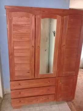 Permuto .Ropero de pino  de 3 puertas con espejo