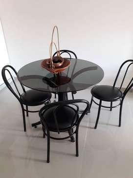 Mesa de vidrio con sillas