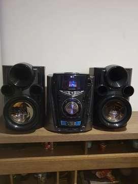 Equipo de sonido LG, 400w RMS, bandeja CD, USB, Radio y metal Bass