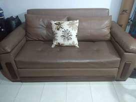 Sofa cama con sillas y mesa de centro
