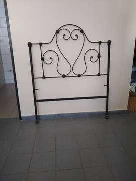 Antiguo Respaldo Cama Hierro Forjado Para 1 1/2 Plaza, en buen estado pintado color negro