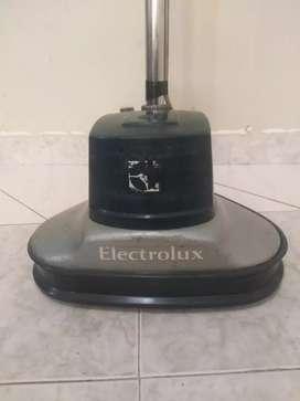 Vendro brilladora electrolux con un juego de cepillos producto usado