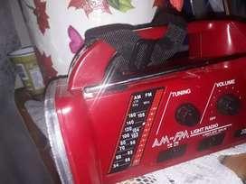 Radio vintage con linterna funcionando