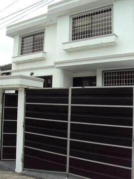 Casa de venta con piscina en Urbanización Ceibos Norte