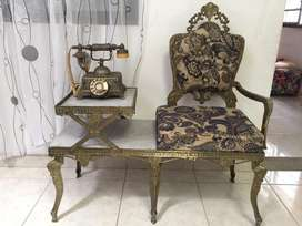 Mesa antigua en bronce con su telefono