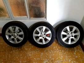 Rin original de carro Nissan con llantas en buen estado al 80% de vida