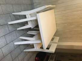 Mesas y sillas estilo escandinavas