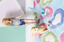 Barbie paseo de perrito, hace popo