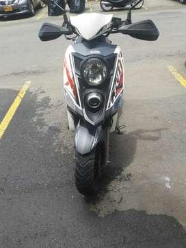 Se vende moto Sym Cross 150cc se encima los los cascos que son reglamentarios