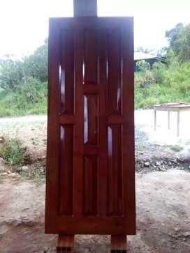 Se vende y realizan puertas de la medida que desee, en cedro.