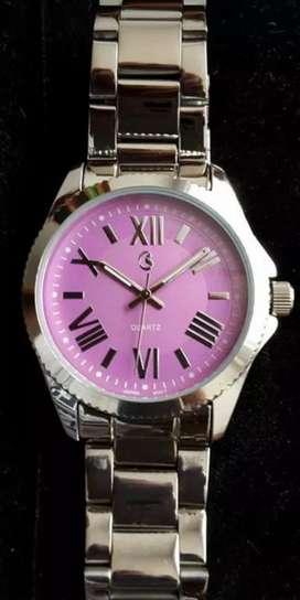 Reloj para mujer en pulso metalico y pulso en cuero