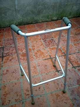 Andador ortopédico,casi sin uso