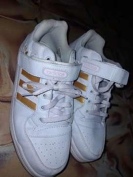 Vendo Adidas talla 9/5 son como unas 42 originales