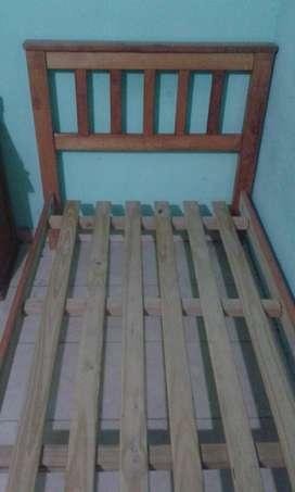 Cama de una plaza,madera bien reforzada ,antiguedad 6 años semi nueva