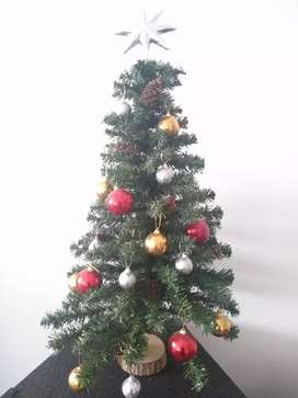 Arbolito de navidad con adorno y luces