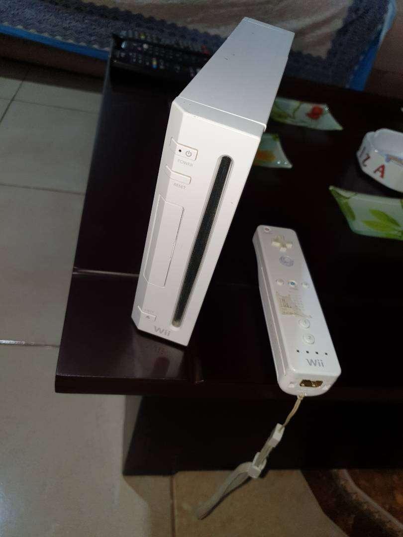 Wii Europea corriente 220 con un mando y dos juegos originales 0
