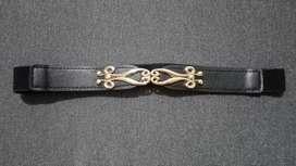 Cinturón elástico negro.