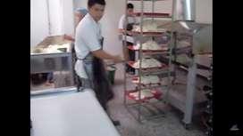 Operario fabrica arepas