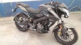 Rowser NS200, modelo negro/gris. Moto tipo Naked