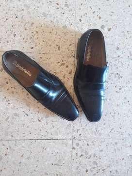 Zapatos negros de cuero nuevos