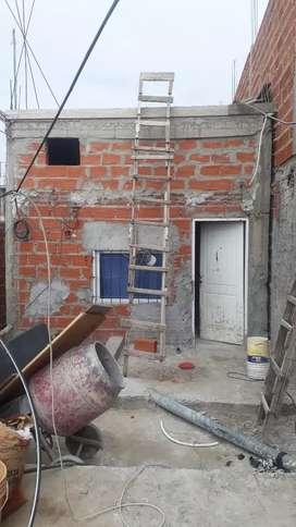 Casa tipo de partamenta solo parte de arriba salida a camino negro por la escalera por una puerta normal