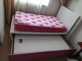 Cama con cama auxiliar