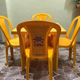 Mesa con 4 sillas plasticas color amarillo