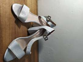 Sandalias elegantes plateadas