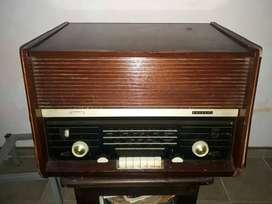 Radio tocadiscos PHILIPS de tubos.