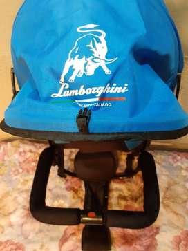 Protector del sol marca Lamborghini sin uso color celeste con cinturón de seguridad. 111
