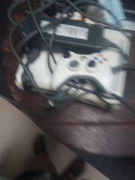 X box 360 con un control inalámbrico con más de 1000 juegos
