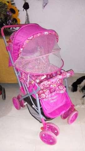 Vendo hermoso coche con manigueta reversible toldillo incorporado y varias posiciones para niña