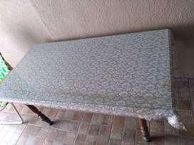 Vendo mesa de madera con vidrio en excelente estado