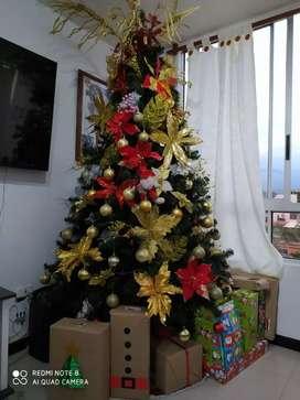 Se vende hermoso árbol de Navidad con sus accesorios