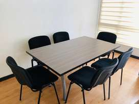 Mesa de Juntas con 8 Sillas de color negro en perfecto estado